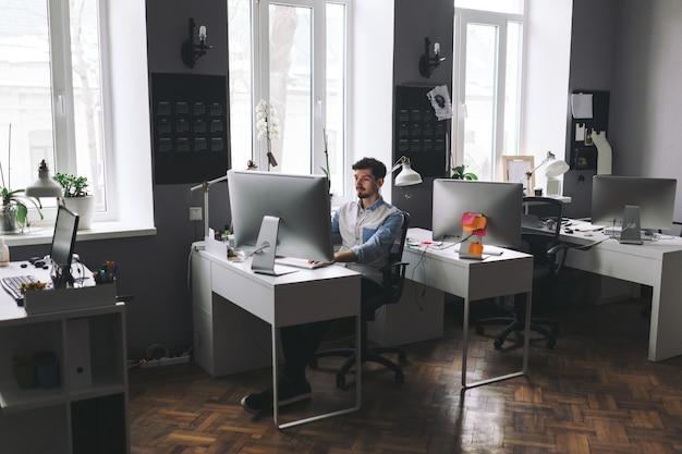 Knappe zakenman die in bureau werkt