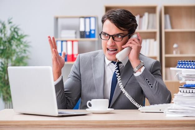 Knappe zakenman die in het bureau werkt
