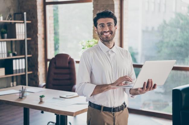 Knappe zakenman die op kantoor werkt