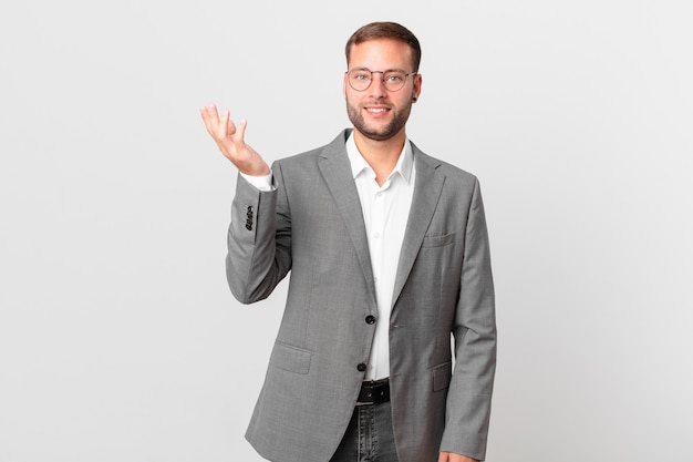 Knappe zakenman die zich gelukkig, verrast voelt en een oplossing of idee realiseert