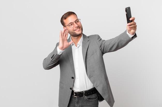 Knappe zakenman die zijn slimme telefoon gebruikt