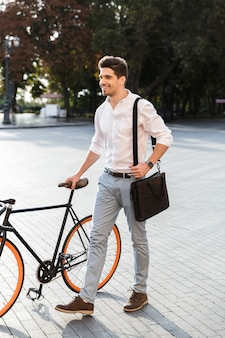 Knappe zakenman gekleed in overhemd lopen