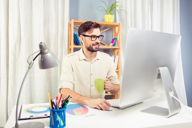 Knappe zakenman hard werken en koffie drinken Premium Foto