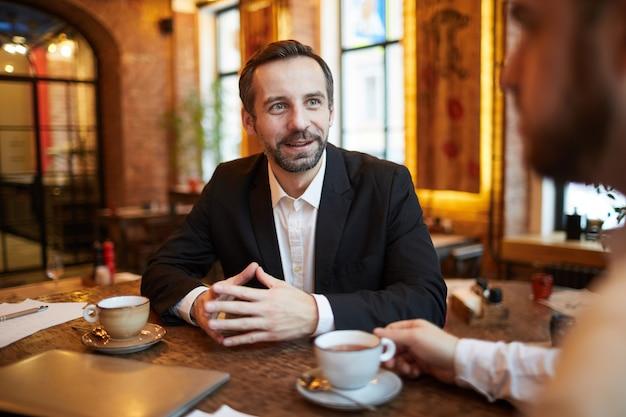 Knappe zakenman in cafe