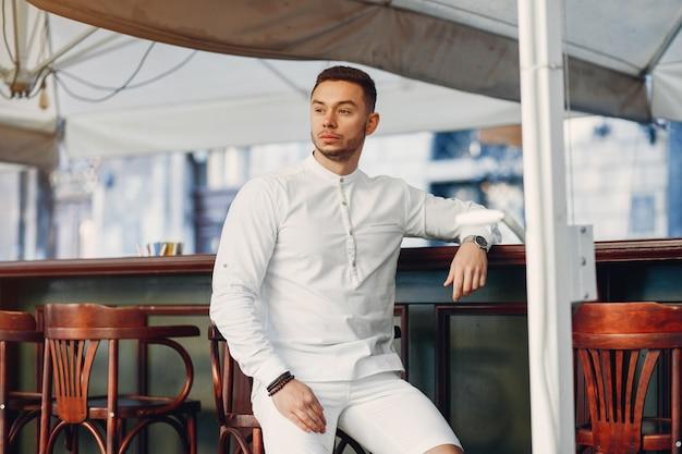 Knappe zakenman in een de zomerstad