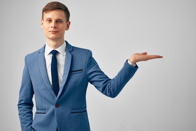 Knappe zakenman in een pak en gebaren met zijn professionele handen
