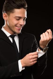 Knappe zakenman in een stijlvol pak