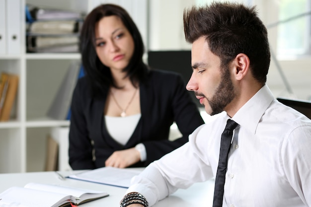 Knappe zakenman in pak op de werkplek