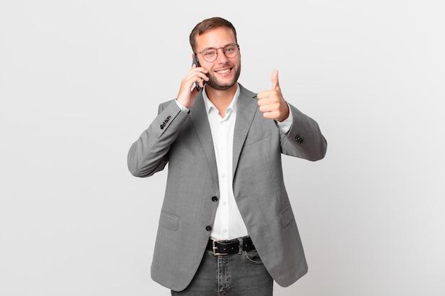Knappe zakenman met behulp van zijn smartphone
