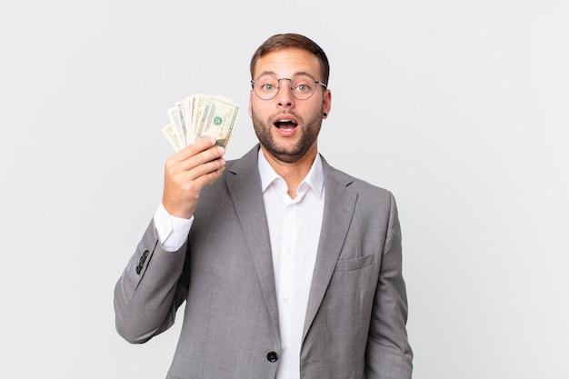 Knappe zakenman met dollarbankbiljetten
