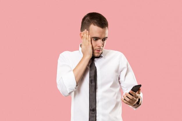 Knappe zakenman met mobiele telefoon.