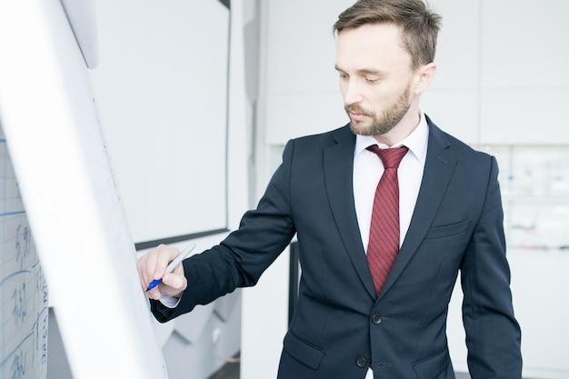 Knappe zakenman op whiteboard