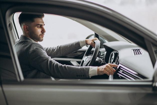 Knappe zakenman rijden in de auto