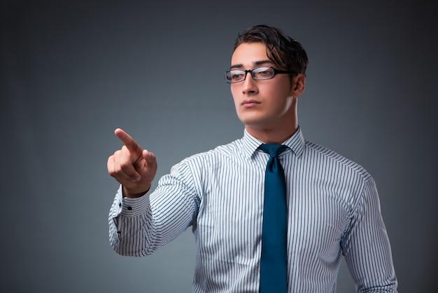 Knappe zakenman virtuele knoppen in te drukken