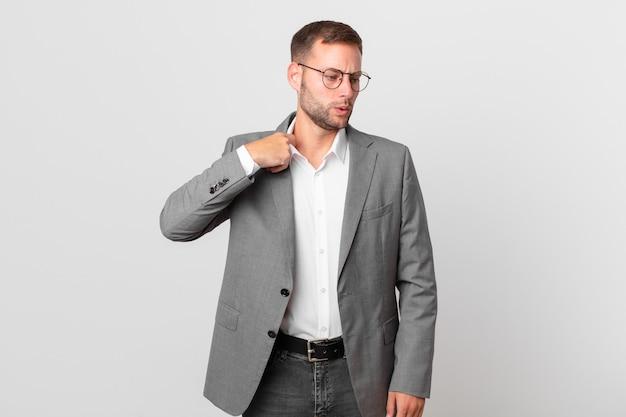 Knappe zakenman voelt zich gestrest, angstig, moe en gefrustreerd