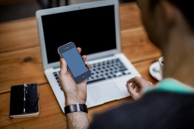 Knappe zakenman werken met laptop