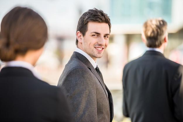 Knappe zekere zakenman in kostuum op een vergadering.