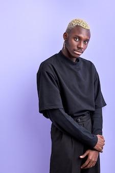 Knappe zelfverzekerde zwarte man in casual shirt poseren, ongebruikelijke fashion modellen concept