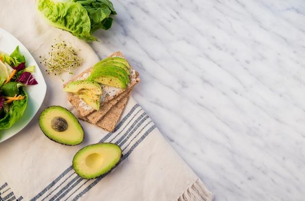 Knapperig brood met avocado op tafel
