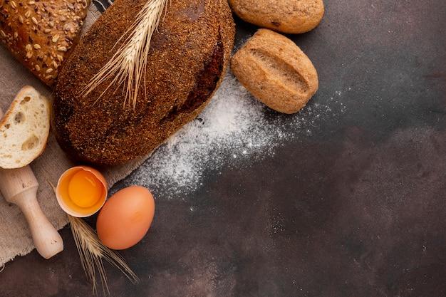 Knapperig brood met ei en bloem