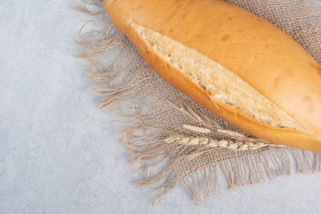 Knapperig broodbrood op jute met tarwe