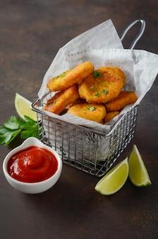 Knapperig fried chicken nuggets met tomatensaus