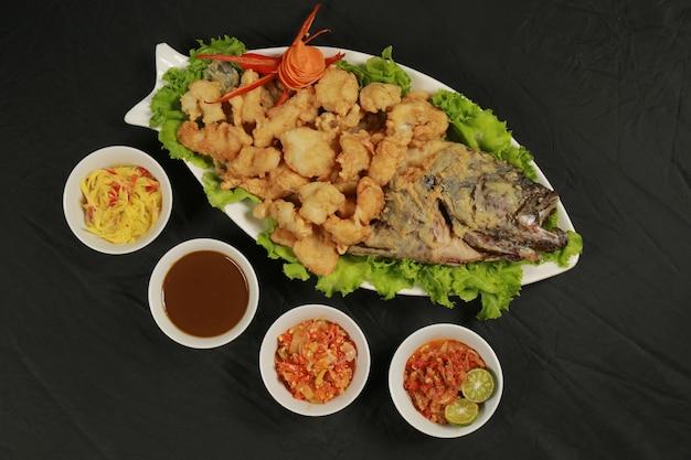 Knapperig gefrituurd menu met zeevruchten
