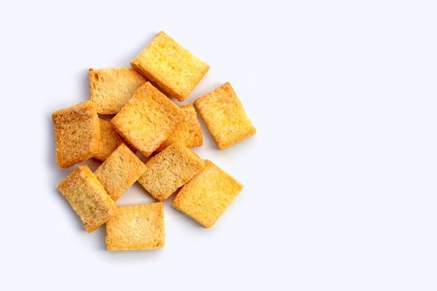 Knapperige brood botersuiker op witte achtergrond.
