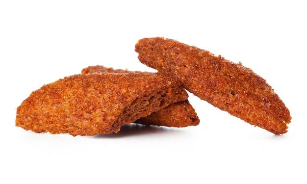 Knapperige broodsnack die op wit wordt geïsoleerd