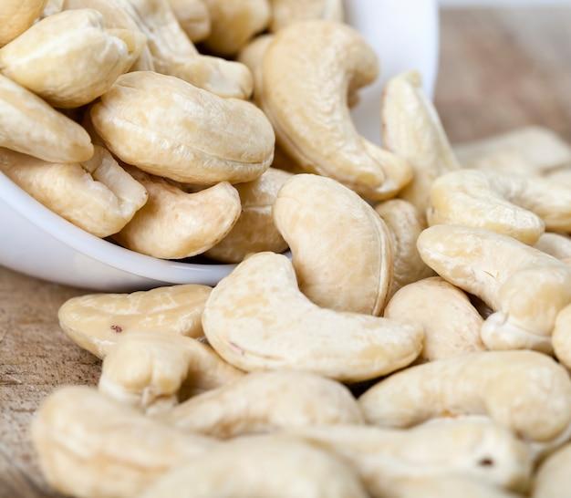 Knapperige cashewnoten, heerlijke en gezonde rauwe cashewnoten, close-up van gepelde cashewnoten op de keukentafel