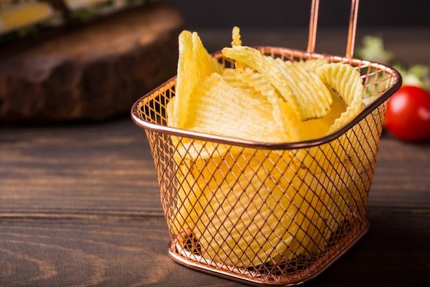 Knapperige chips in koperen mand