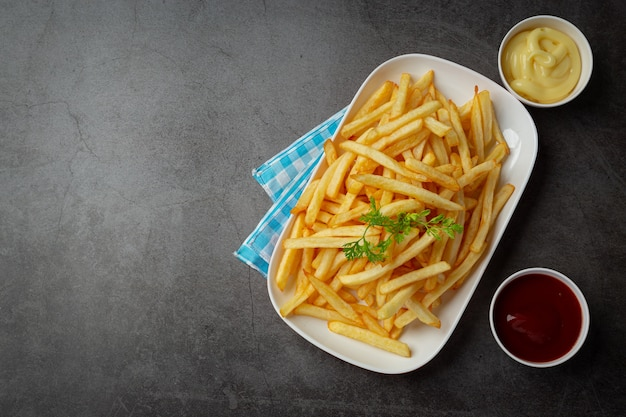 Knapperige frietjes met ketchup en mayonaise.