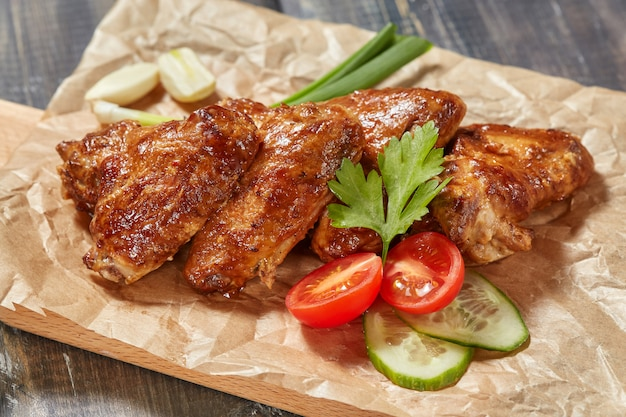 Knapperige gebakken kippenvleugels op houten raad