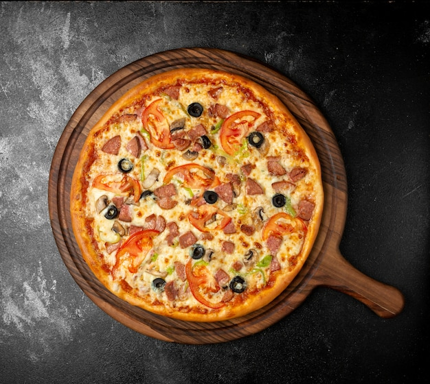 Knapperige gemengde pizza met olijven en worst