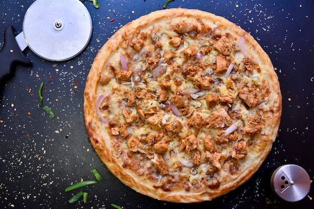 Knapperige gemengde pizza van bovenaf met olijven, kip, paprika en uien