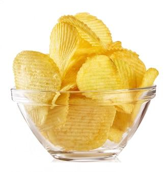Knapperige golvende chips in transparante plaat