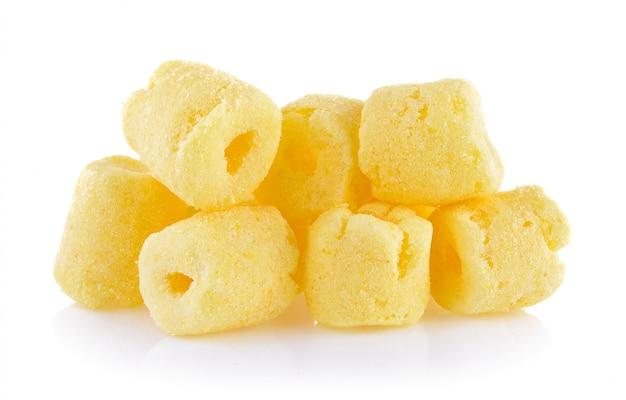 Knapperige graansnacks op een witte achtergrond