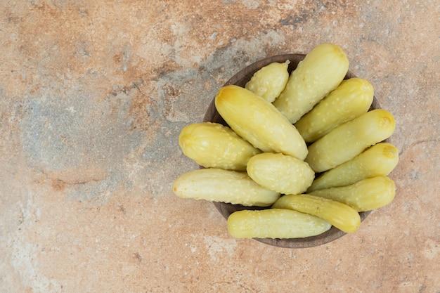 Knapperige ingelegde komkommers in houten kom