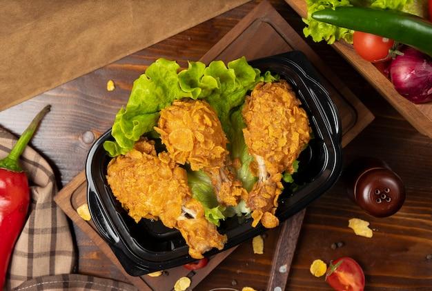 Knapperige kip drumsticks gegrilde kfc stijl met crackers afhaalmaaltijden