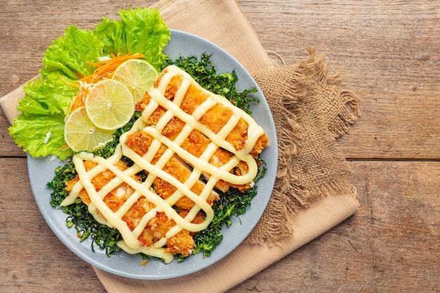 Knapperige kip met citroencrème, prachtig versierd.