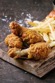 Knapperige kippenbenen en frieten