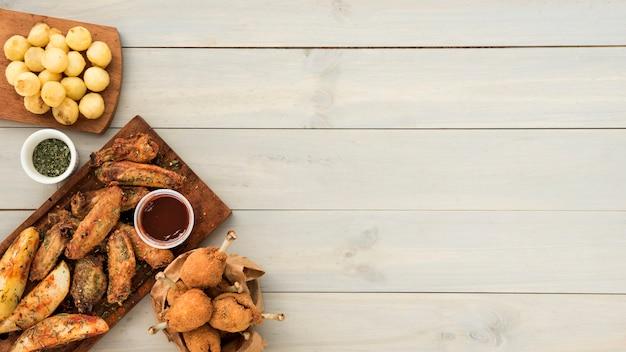 Knapperige kippensnack met saus en aardappels