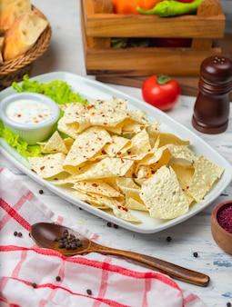 Knapperige lavash-chips met kruiden en zure roommayonaisesaus