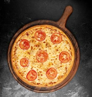 Knapperige pizza met kaas en tomaten