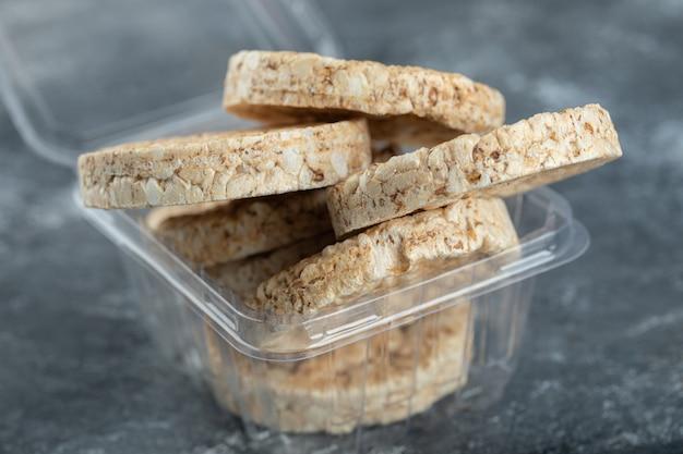 Knapperige rijstwafels in plastic bakje