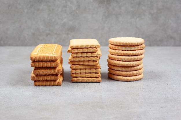 Knapperige stapels koekjes op marmeren achtergrond. hoge kwaliteit foto