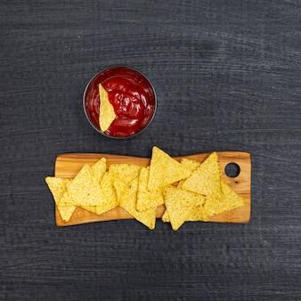 Knapperige traditionele nacho's met tomaten dip