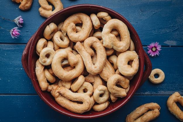 Knapperige traditionele taralli-snacks uit de regio puglia in italië