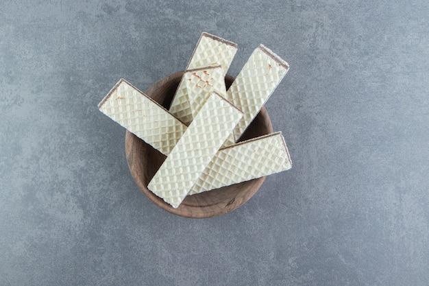 Knapperige vanillewafels in houten kom.