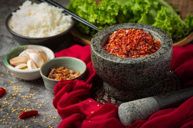 Knapperige varkensvleespasta vermengd met mooie decoratieve ingrediënten, thais eten.
